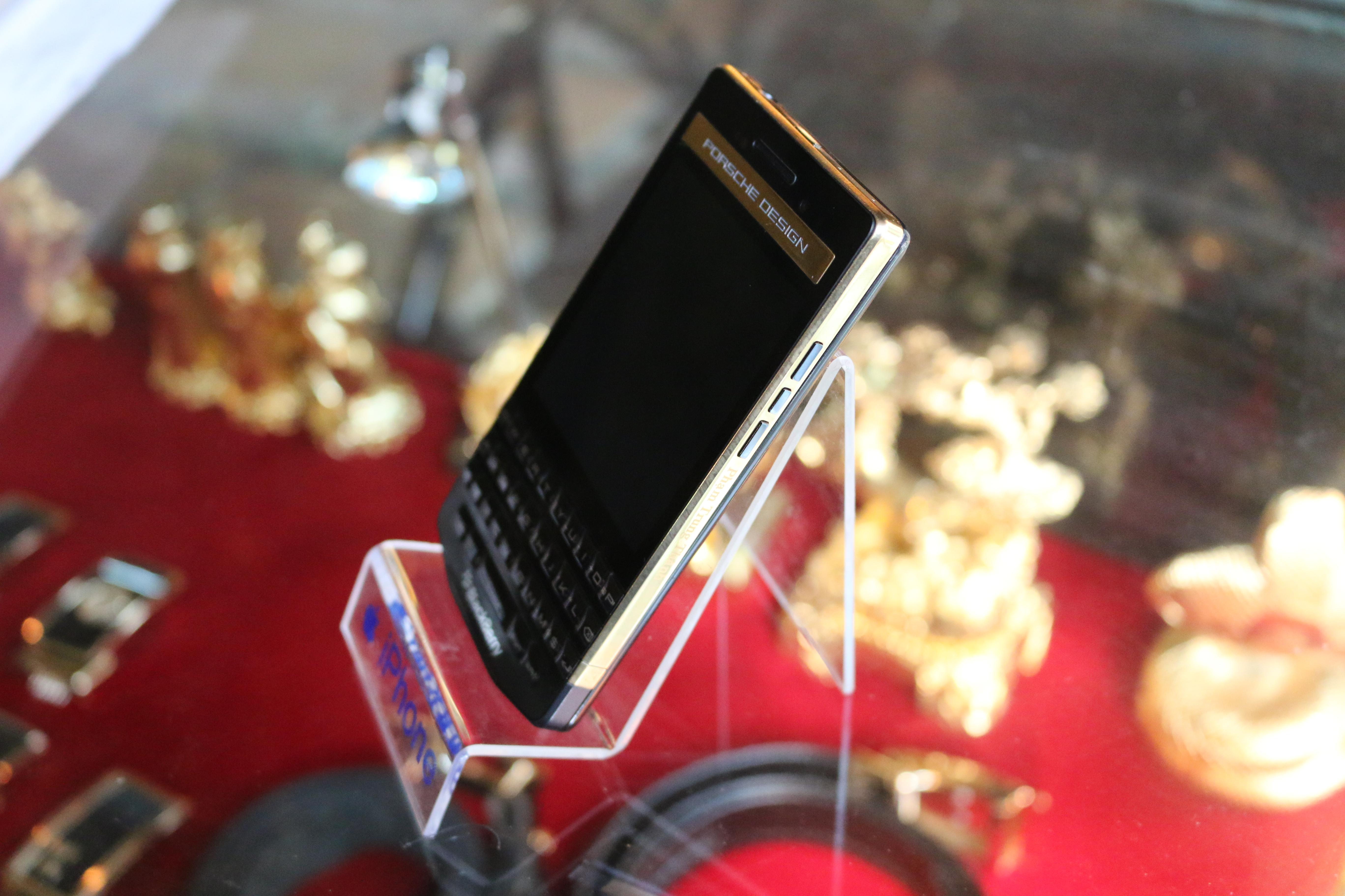 BlackBerry P'9983 mạ vàng