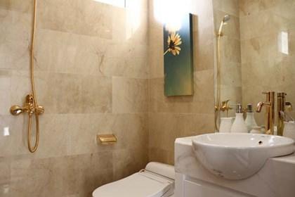 Nội thất phòng tắm dát vàng
