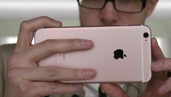 Và vẻ đẹp tới từ mặt sau, màu vàng hồng đẹp mắt sang trọng.