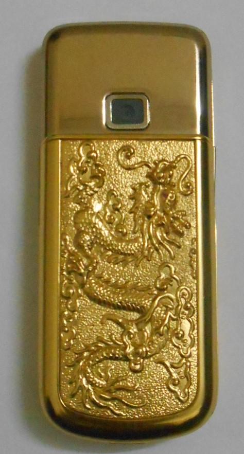 Điện thoại 8800 sau khi được mạ vàng phần gáy