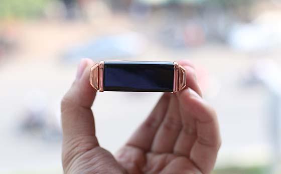 Mạ vàng tưng chi tiết của chiếc Samsung Ego