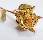 Hoa hồng mạ vàng đính đá là món quà thể hiện tình yêu vĩnh cửu