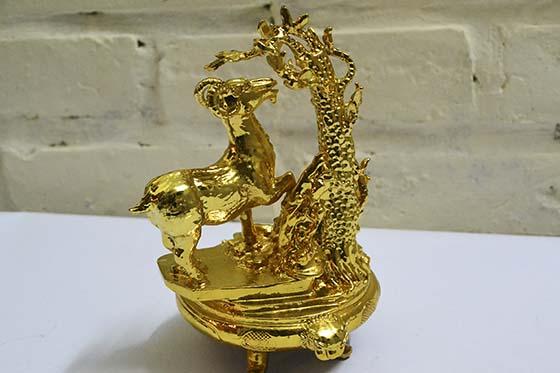 Tượng dê mạ vàng