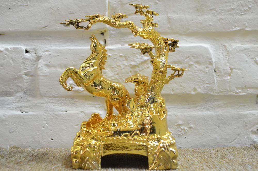 Tượng ngựa mạ vàng là linh vật rất có ý nghĩa với những ai tuổi ngựa