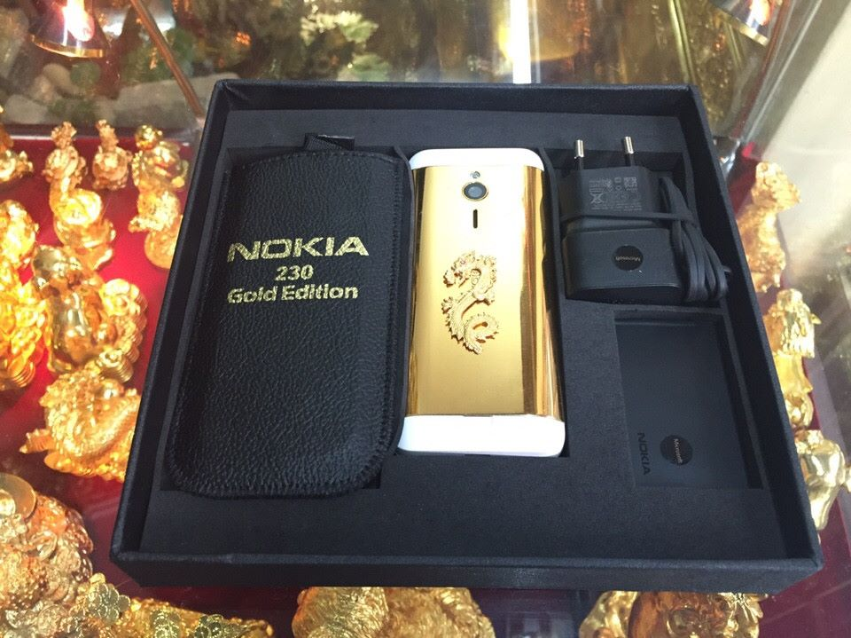 Hình rồng mạ vàng rất phù hợp với tổng thể chiếc Nokia 230 mạ vàng