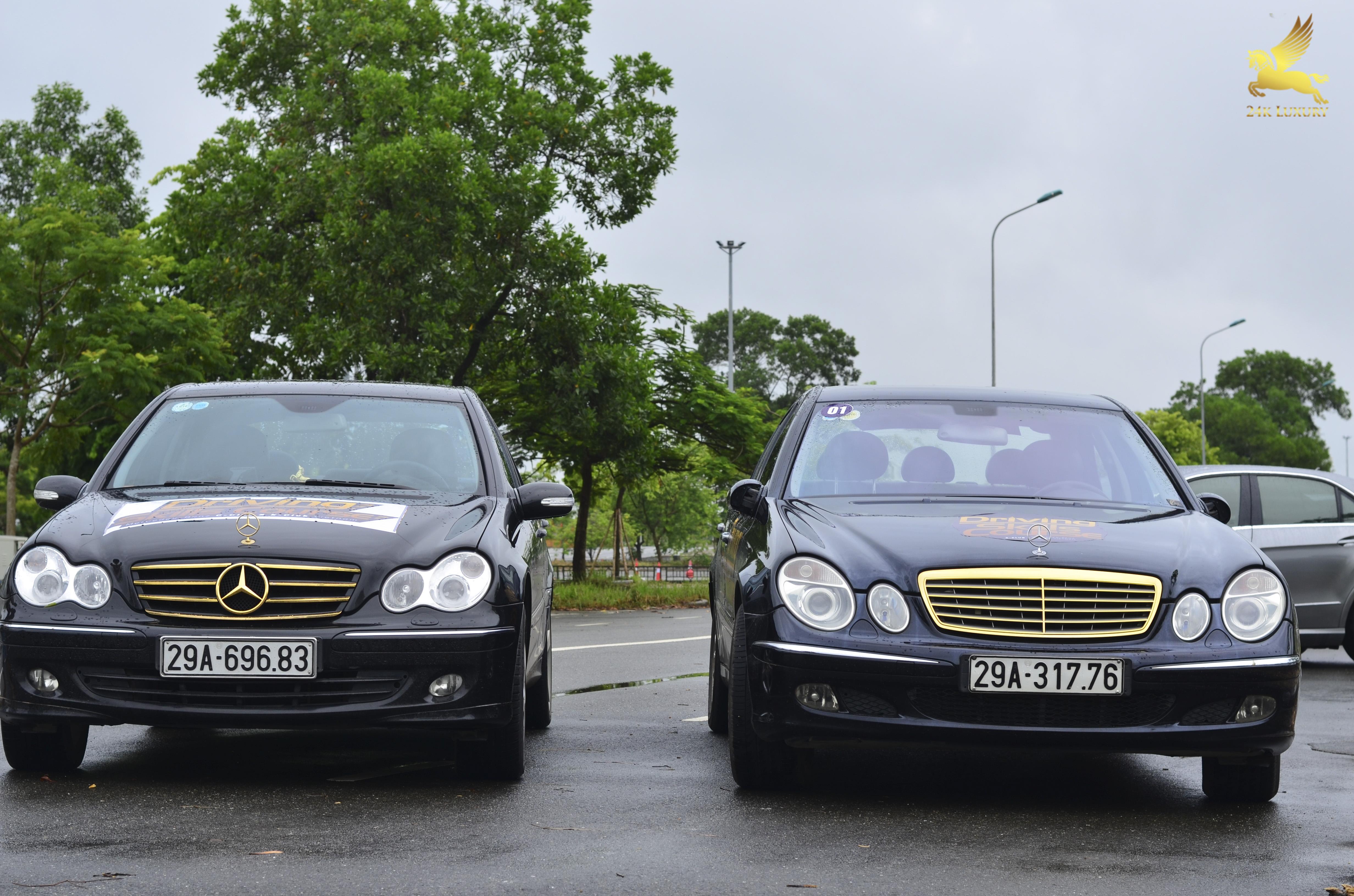 Hai chiếc ô tô mạ vàng