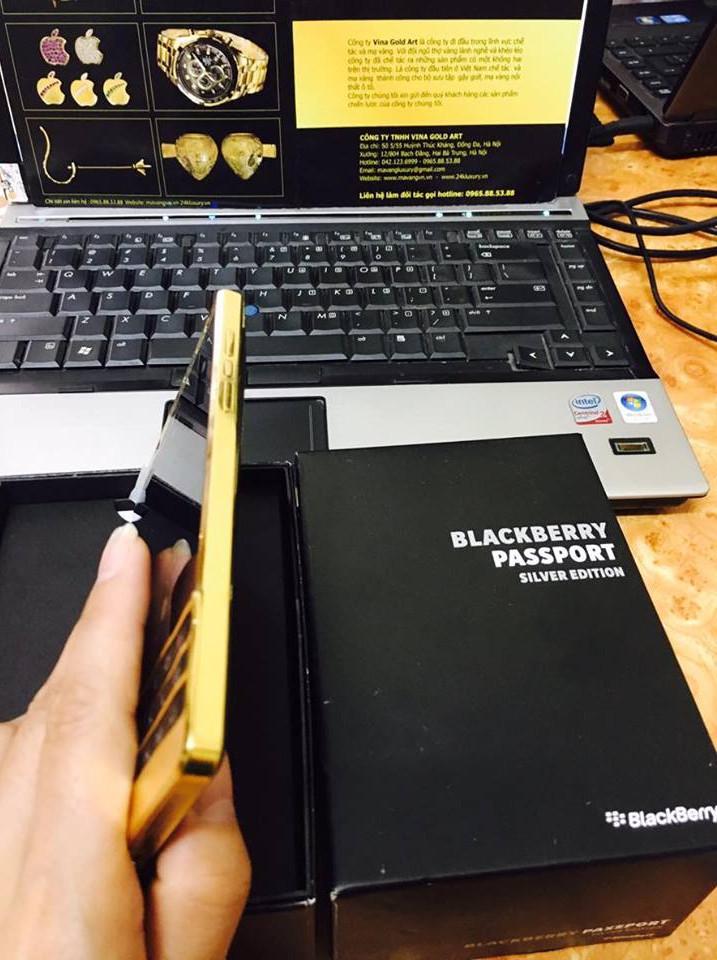 Phần khung của chiếc điện thoại Blackberry Passport Sliver bằng nhựa được mạ vàng 24k