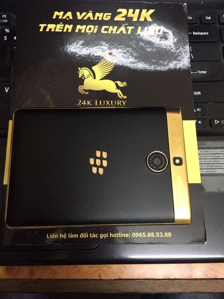 Mặt sau của chiếc điện thoại Blackberry Passport Silver mạ vàng