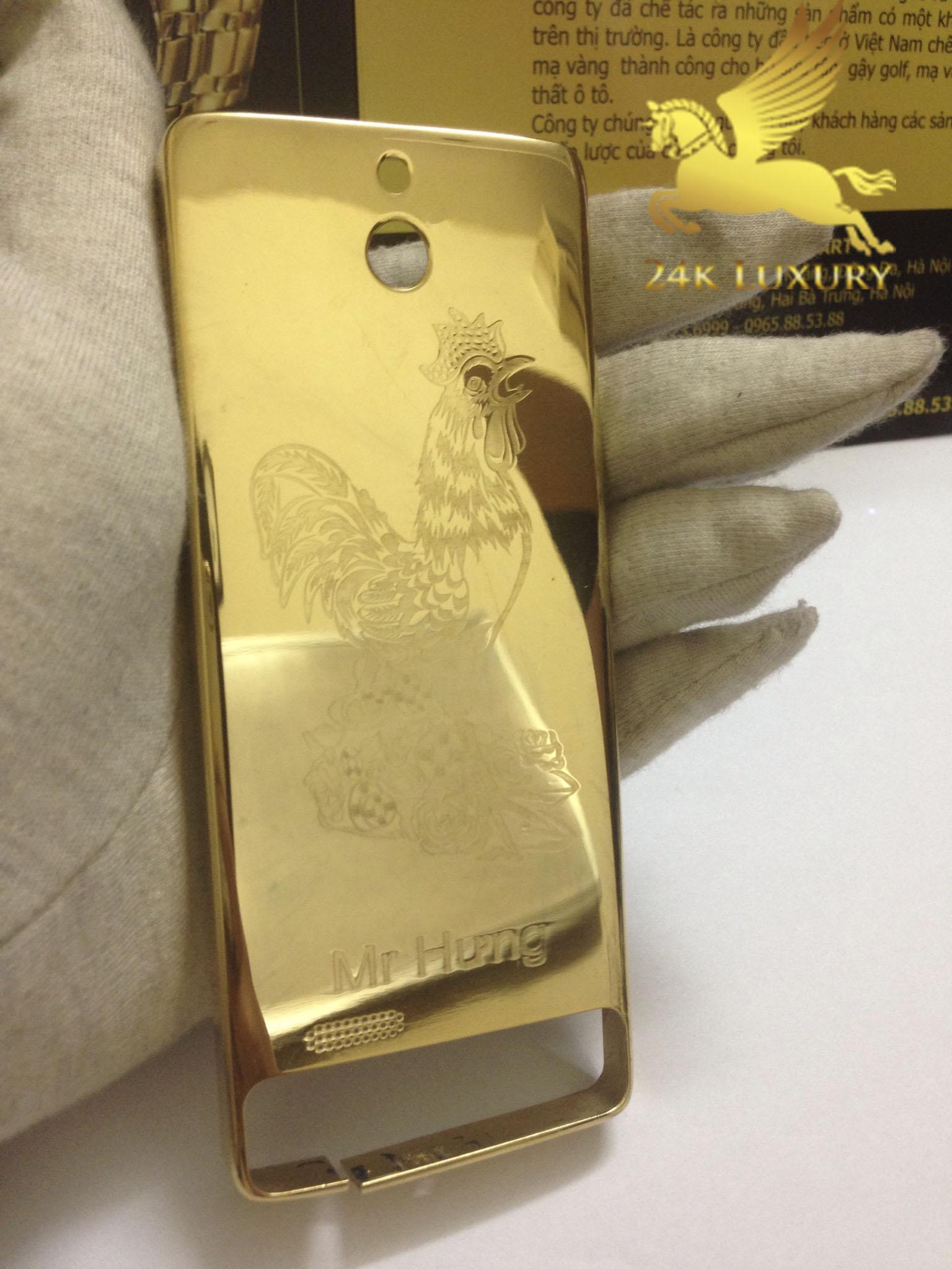 Chiếc điện thoại Nokia 515 khắc hình gà mạ vàng rất thích hợp với những người tuổi Dậu