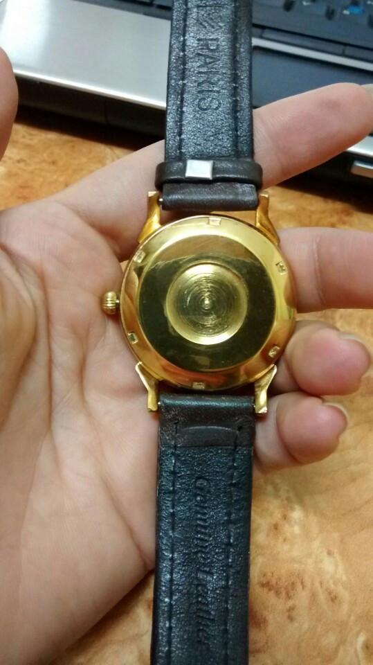 Mặt sau của đồng hồ thời trang mạ vàng