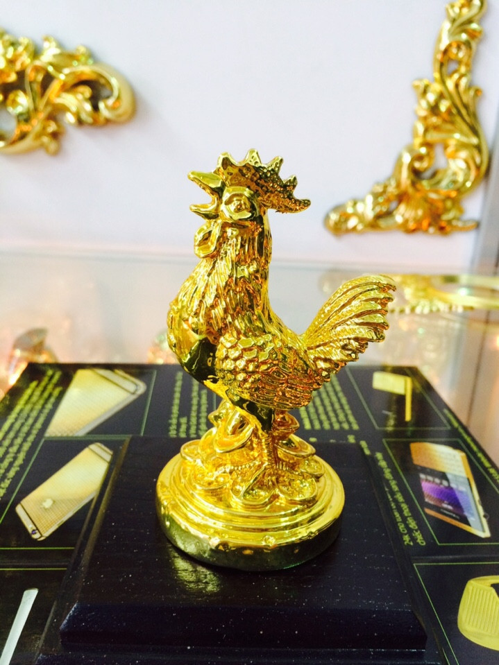 Tượng gà mạ vàng 24k tại gian hàng của công ty