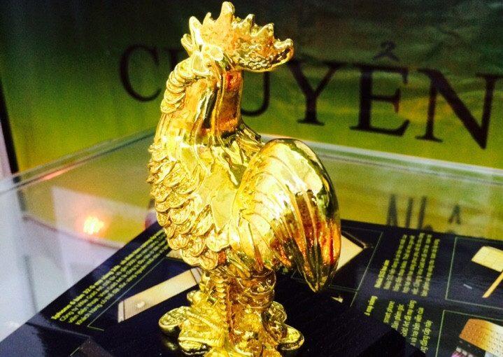 Tượng gà mạ vàng tại gian hàng của công ty