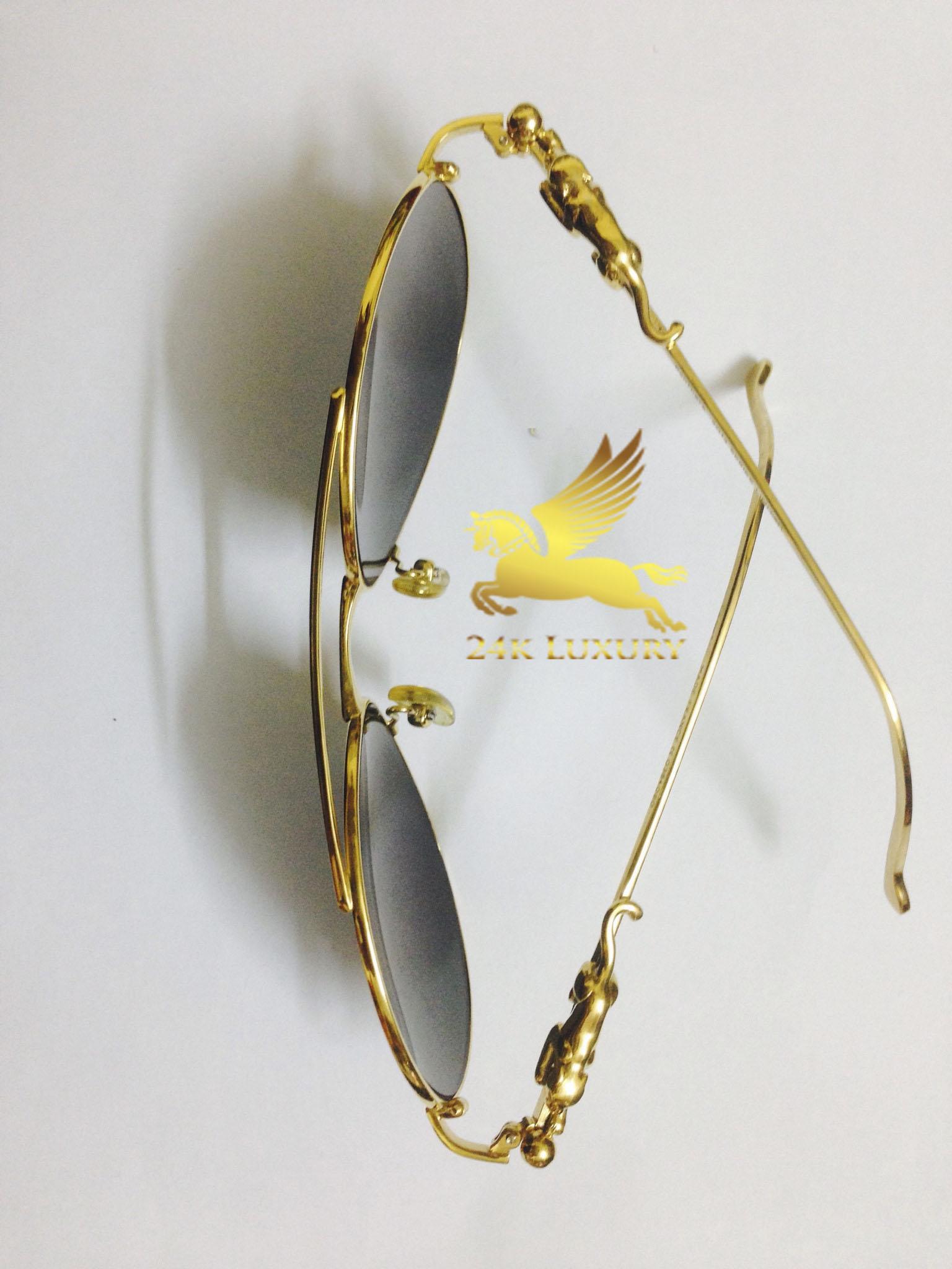 Thật ý nghĩa nếu bạn lựa chọn kính Cartier mạ vàng làm món quà tặng mạ vàng gửi đến bạn bè, đối tác.