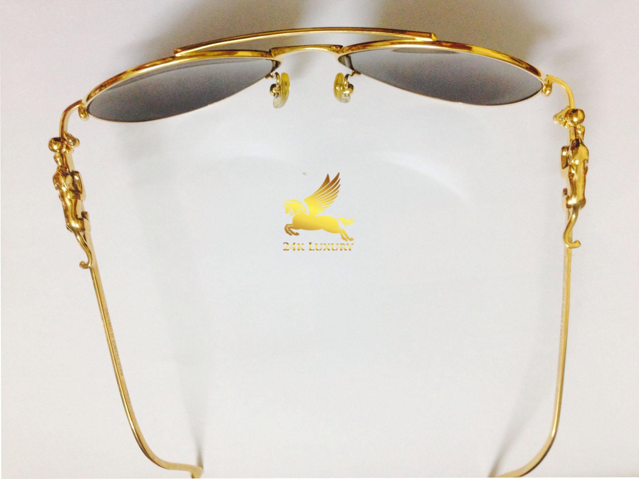 Kính nằm trong bộ sưu tập kính mạ vàng tại Vina Gold Art.