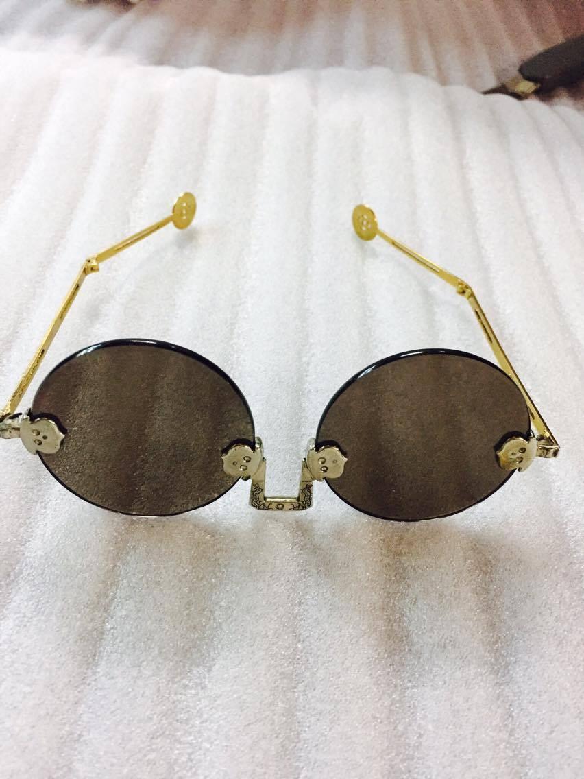 Với thiết kế đặc biệt chắc chắn kính cổ sẽ làm nổ bật phong cách của bạn