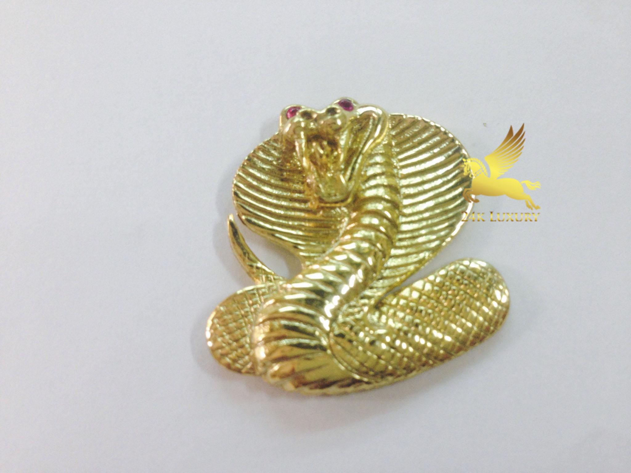Rắn mạ vàng là biểu tượng của thánh thần, đầy sự mê hoặc và huyền bí