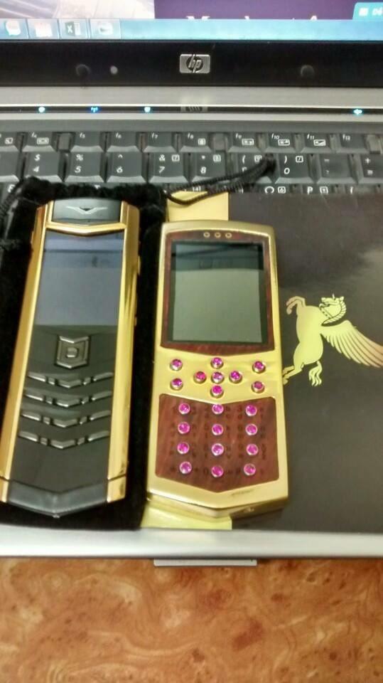 Điện thoại Mobiado mạ vàng 24k - bên phải được mạ vàng tất cả các chi tiết lam chiếc điện thoại trở lên sáng và đẹp hơn