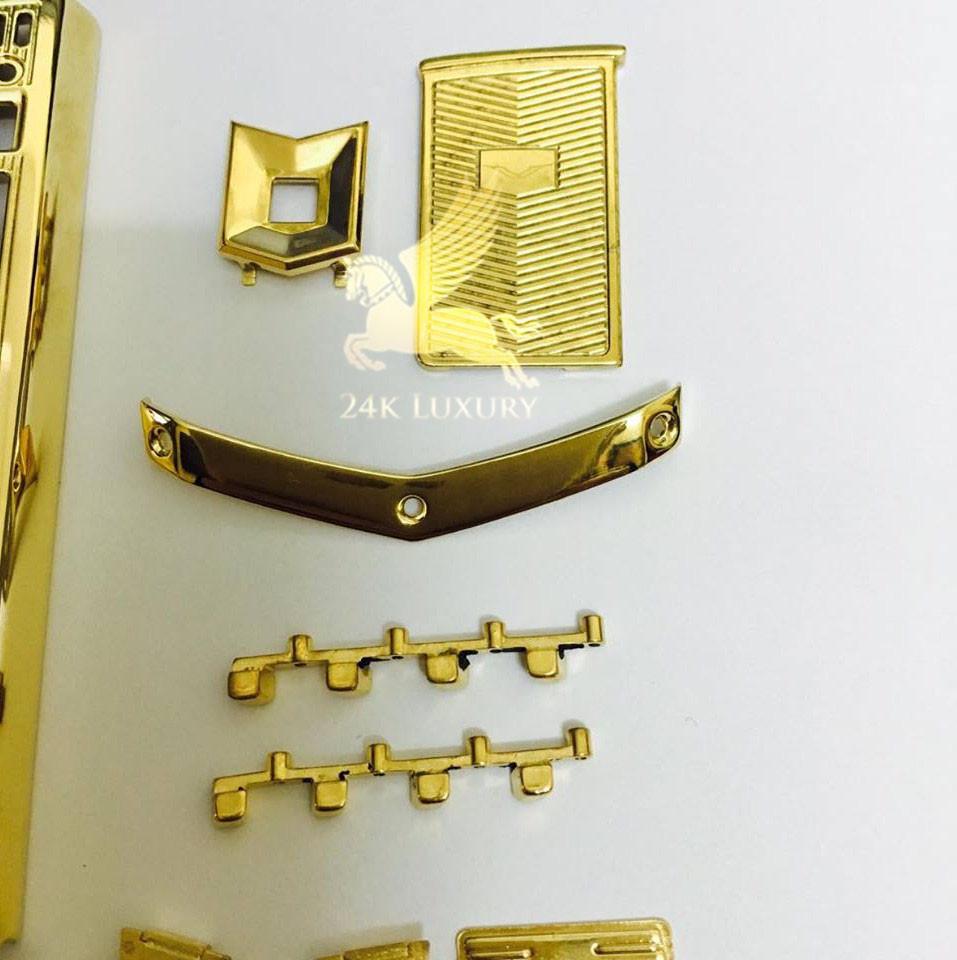 Phần ốp lưng và khung bàn phím của điện thoại cũng được mạ vàng 24k