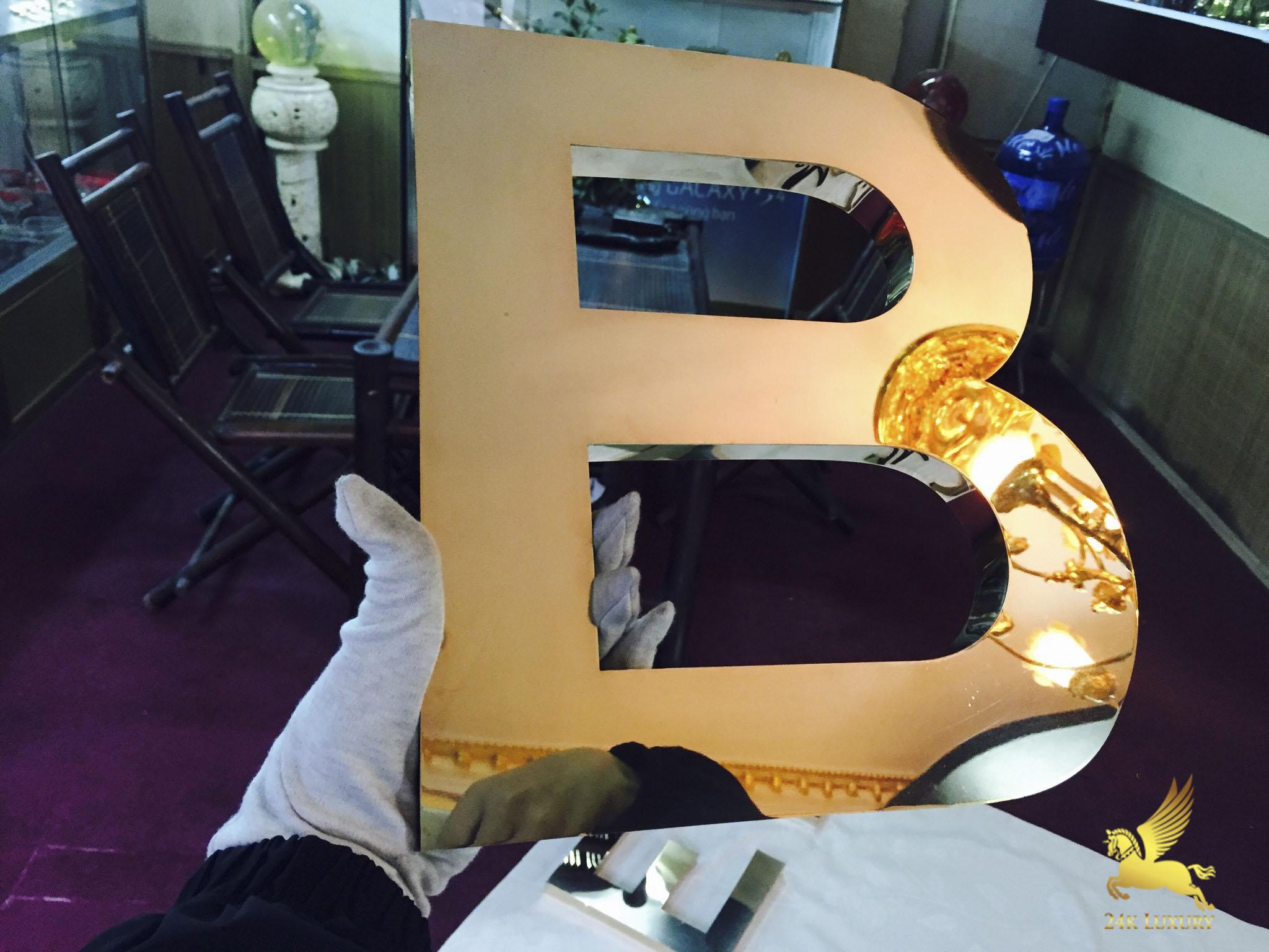 Chữ B trong bộ chữ được mạ vàng 24k trên từng chi tiết