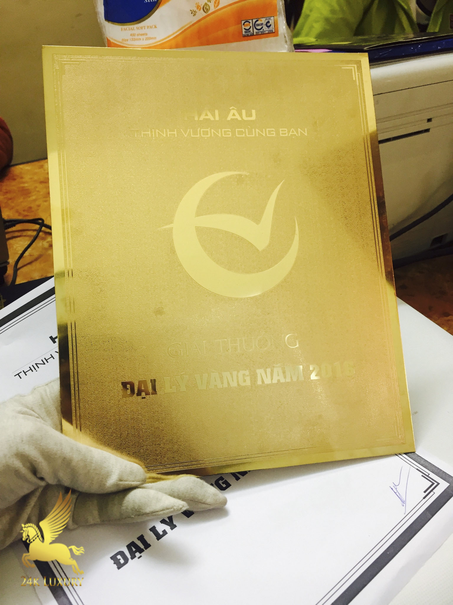 Mẫu kỷ niệm chương mạ vàng tại Vina Gold Art chắc chắn sẽ là món quà làm hài lòng người nhận