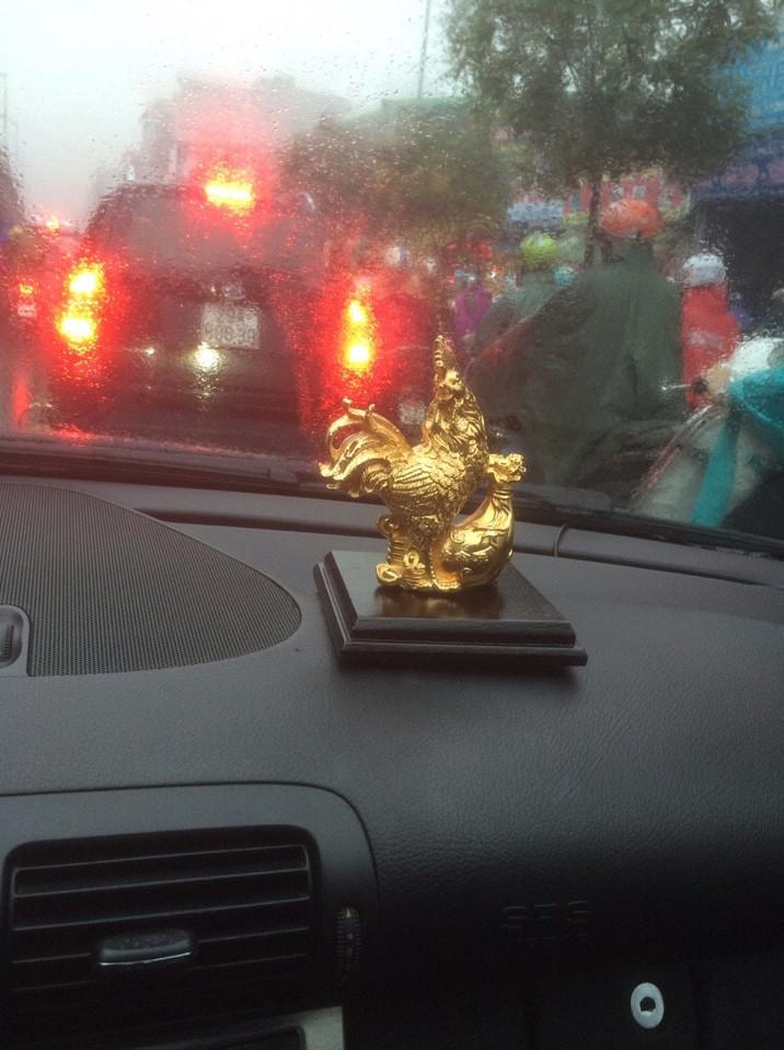 Đặt linh vật gà trên xe ô tô sẽ là yếu tố mang lại nhiều may mắn